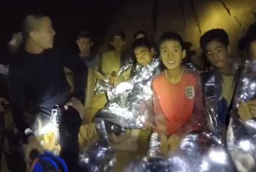 泰被困洞穴足球队争分夺秒学潜水:先学会的先出来