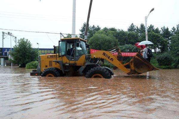 大暴雨来袭 江西抚州民众坐铲车出行
