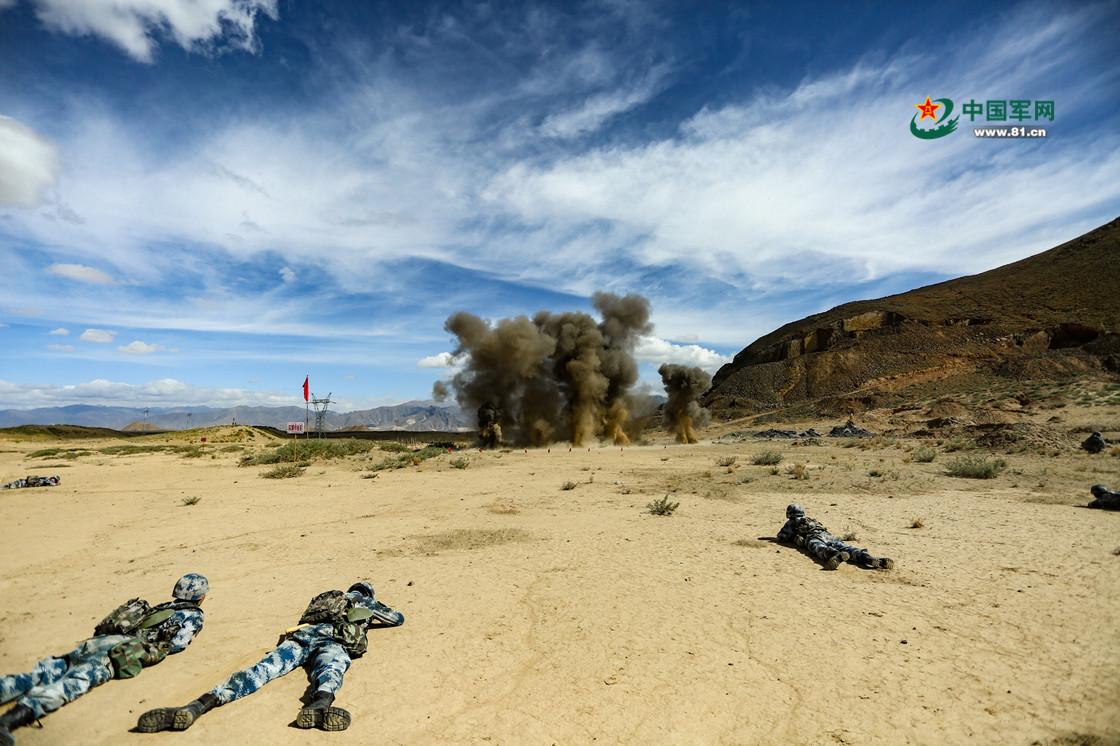 4000米高原练兵场,空降兵综合演练火力全开