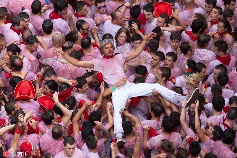 西班牙奔牛节拉开序幕 万人狂欢街头变红色海洋