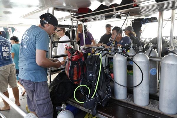 泰载中国游客游船倾覆事故救援继续 潜水员携带氧气罐准备