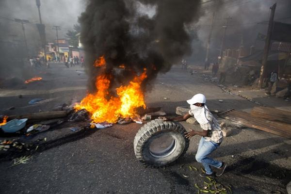 海地民众示威抗议油价上涨 焚烧轮胎封堵街头乌烟瘴气
