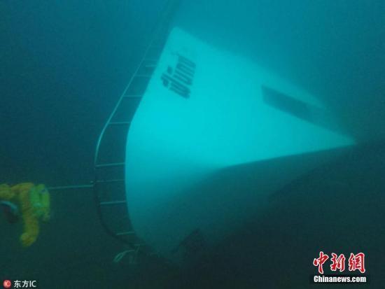 当地时间7月6日,泰国普吉岛海域附近,泰国皇家海军第三区司令部发布照片,显示一艘观光船在海中沉没。6日下午的最新消息,泰国搜救人员在沉船内发现26具尸体,加上此前在海上发现的14具,目前40人遇难,包括一名10岁左右的孩子。图片来源:东方IC 版权作品 请勿转载   泰国《民族报》报道,泰国港务局6日下午1时30分发表声明证实,目前已有40人不幸遇难。海事机构官员表示,搜救行动已持续一天一夜,而随着时间的流失,失踪者生还希望渺茫。   两艘共载有100多人的观光船5日傍晚在普吉岛近海因暴风雨而翻覆,