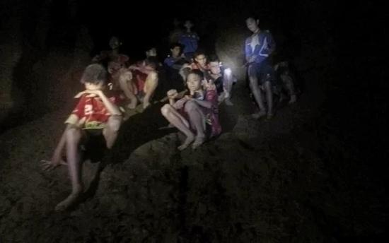缺少食物面对黑暗 人困在洞穴里能生存多久