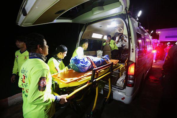 普吉岛沉船事故救援现场:泰军舰运输三具遇难者遗体回港