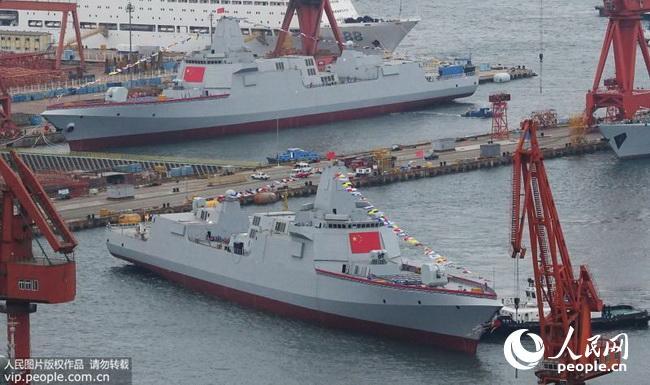 两艘万吨大驱同日下水 专家:建造能力已首屈一指