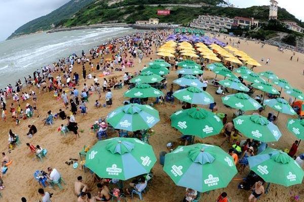 江苏连云港:海滨浴场游人多