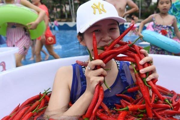 重庆民众高温天气挑战浸泡辣椒水