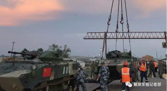 我伞兵战车及96B坦克启程赴俄 参加国际军事比赛