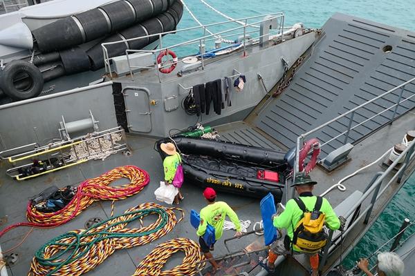 普吉岛沉船事故救援现场:泰军舰准备出海,救援队准备登船