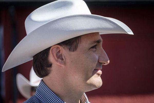 加拿大总理特鲁多出席牛仔节活动 上演侧颜杀