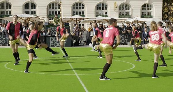 助阵世界杯 法国舞者表演花式踢球走红