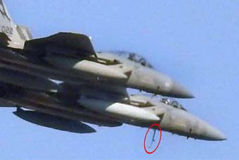 美军F-15战机国庆飞行表演 登机梯忘收就上天了
