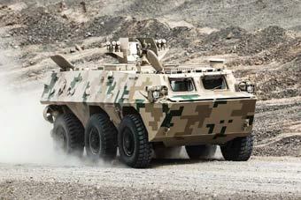 解放军备战国际军事竞赛 装甲车飞沙走石