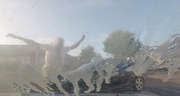 英男子开车险出车祸 迁怒女司机对其车泼咖啡