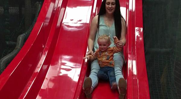 英母亲抱1岁半婴儿玩滑梯致其腿骨折竟不知