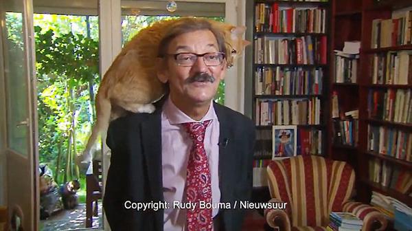 波兰教授接受采访时爱猫爬其肩膀抢镜