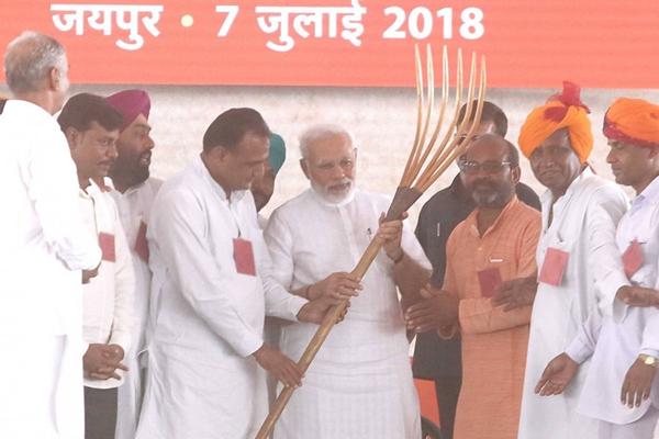 印度总理莫迪出席地方集会 获赠大耙子