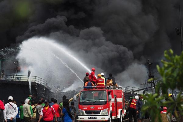 巴厘岛一港口发生火灾 数十艘渔船烧着黑烟滚滚