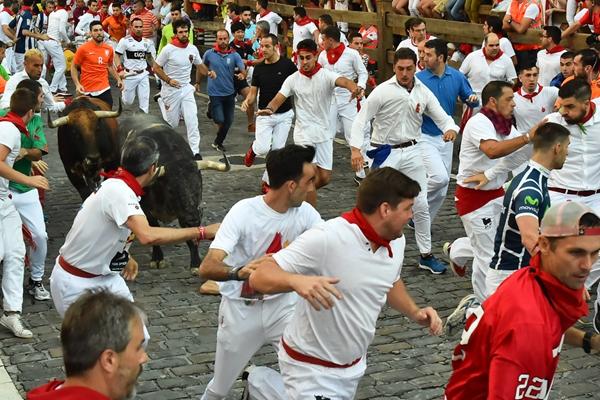 西班牙圣佛明奔牛节:一场残酷暴力的角逐游戏