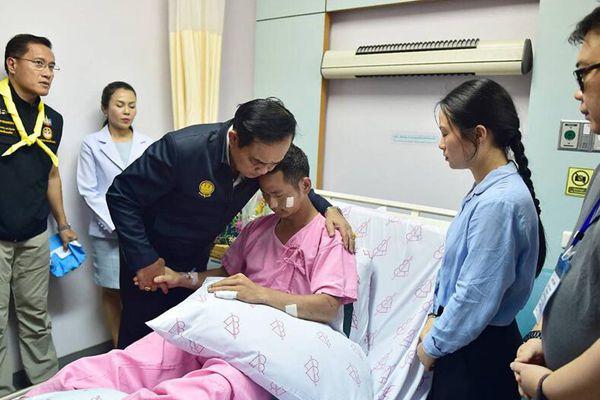 巴育抵普吉岛视察游船事故救援工作 在医院看望伤者