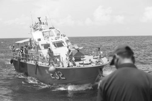 图说:8日,泰方派出两艘军舰、一艘潜船和多艘快艇,在事发海域进行搜索和潜水保障。