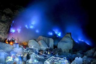 印尼一火山喷出罕见蓝光点亮夜空引游客围观