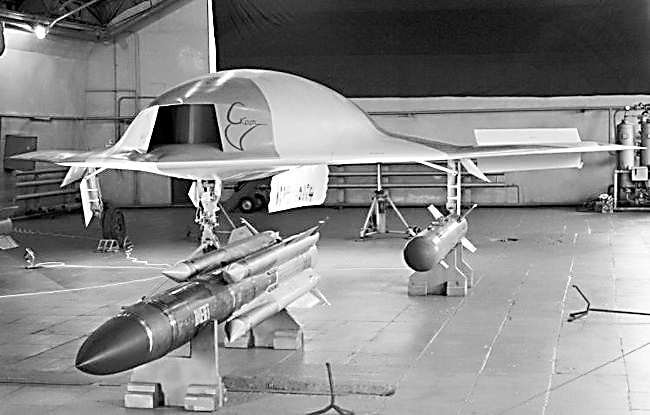 俄飞翼式隐形无人攻击机亮相 外形酷似美X47B