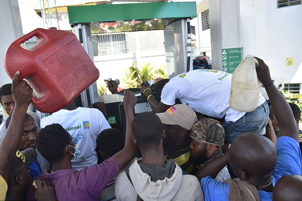 海地暴力抗议持续抢劫频发局势动荡  民众排队购燃料