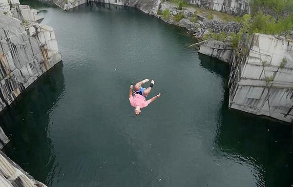 美男子从34米高悬崖跳水 致膝盖重伤
