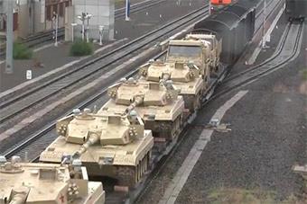 一军列土黄色涂装96B主战坦克驶出国门