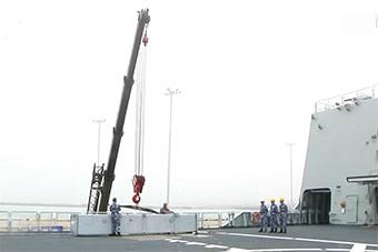 """军港""""遭袭"""" 后勤部队现场用吊车吊运导弹箱"""