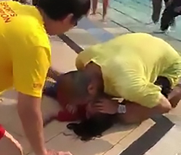 新加坡男童泳池玩耍溺水 实施心肺复苏后苏醒