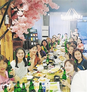毕业季大学生扎堆聚餐旅游