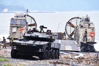 练夺岛能力:日本16式战车乘气垫船练两栖登陆