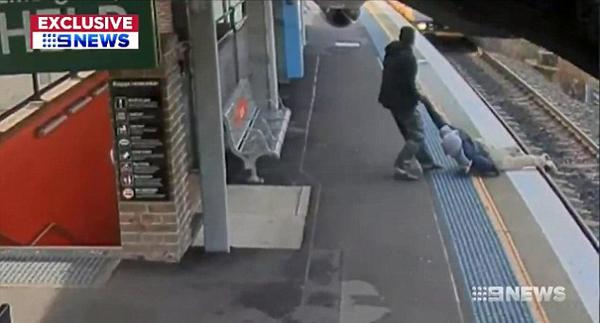 澳男子不慎跌进火车轨道 幸被一乘客及时救出
