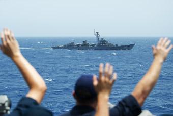 中国造053HE舰贴近美军神盾舰 美军热情招呼