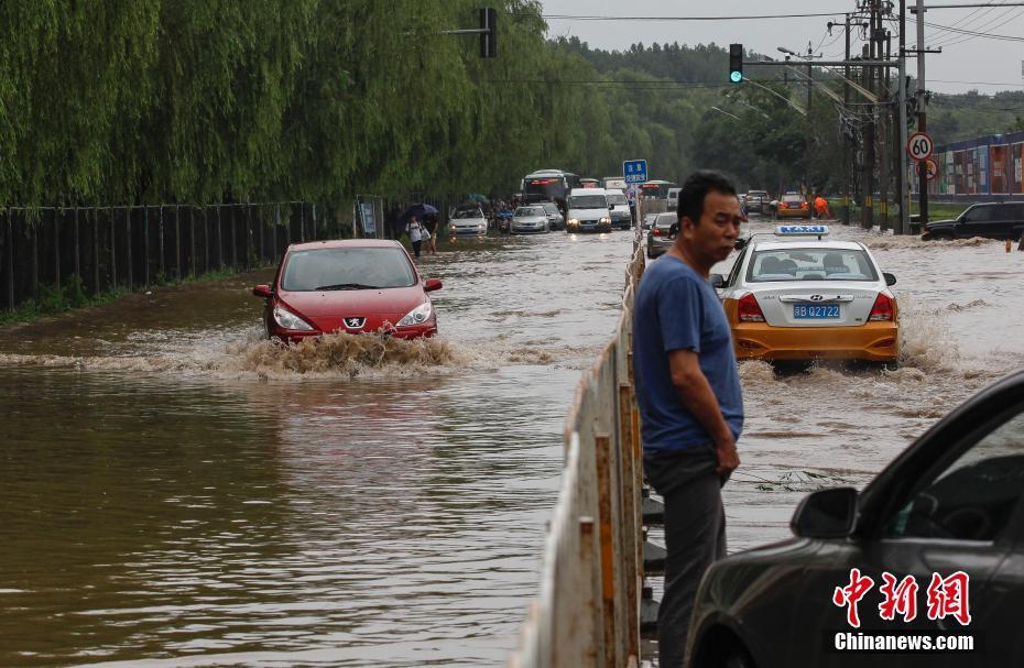 北京局地暴雨致路面严重积水