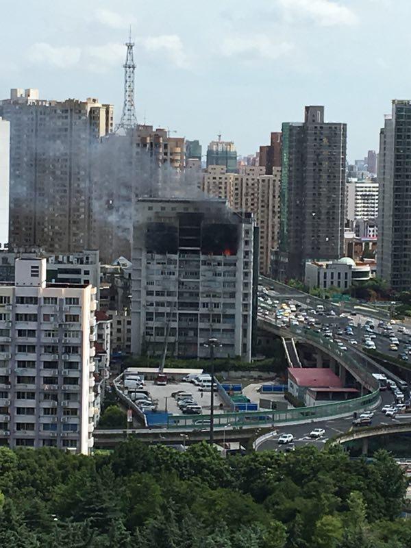 上海一商务楼起火并伴有浓烟,目前明火已被扑灭无人员伤亡