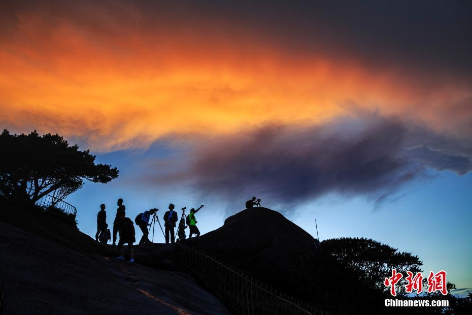7月8日傍晚,盛夏雨后的黄山风景区,晚霞绚烂.