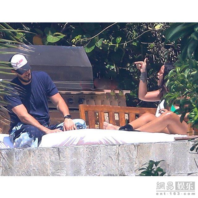 蕾哈娜霸气手指男友 网友称像在指挥小弟
