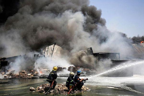 伊拉克高温天气一仓库发生火灾 灭火现场似大片