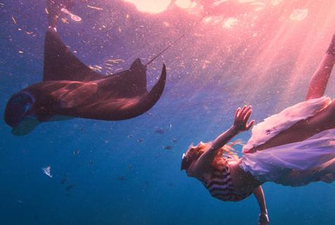 女子穿塑料垃圾与鱼同游 呼吁关注海洋环境
