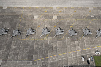 F22也怕台风!大批F22战机转场日横田基地躲台风