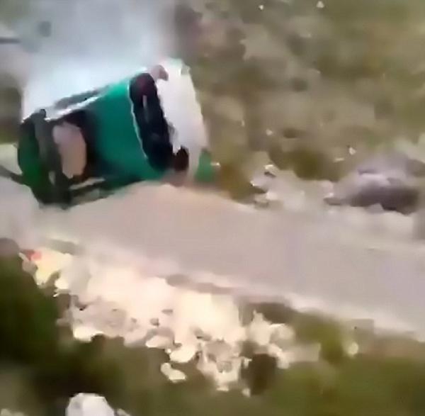 """黑山赛车手驾车撞巨石""""翻筋斗""""奇迹生还"""