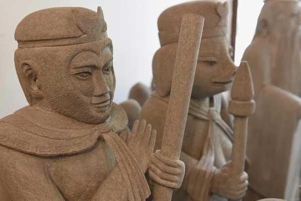 七旬老人花近50年打造出石头上的四大名著