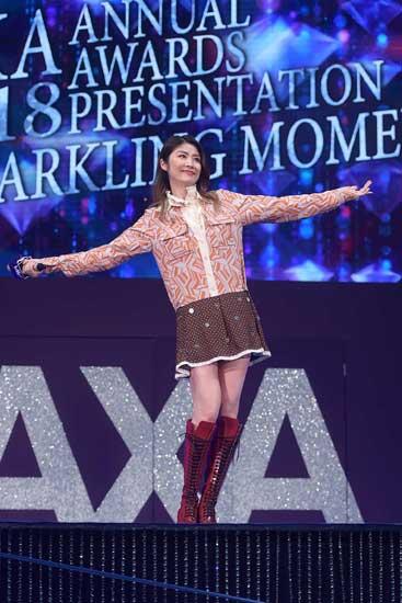 陈慧琳伤后首度登台 与粉丝同唱同跳一起自拍