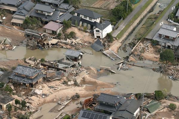日本30年来最严重水灾死亡人数升至158人 民众进行清理工作