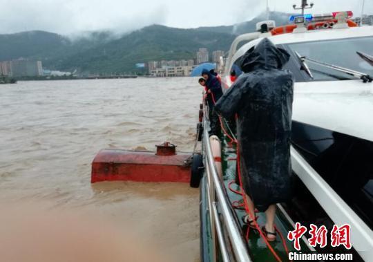 嘉陵江广元段漂浮两油罐危及下游桥梁 被紧急击沉