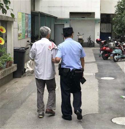 清晨街头,这位耄耋老人为何穿着一双不一样的鞋